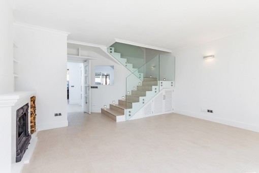 Treppenaufgang führt vom Wohnbereich in die obere Etage