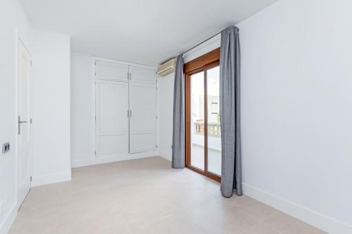 Schlafzimmer mit eingebautem Kleiderschrank