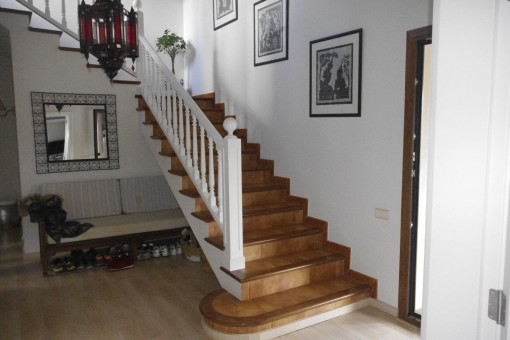 Treppenaufgang führt in die obere Etage vom Eingangsbereich aus