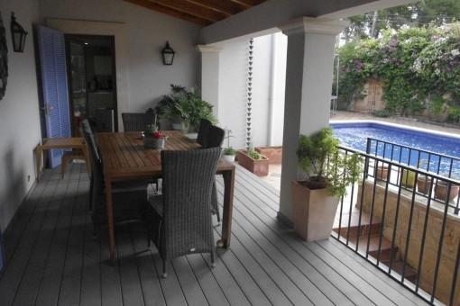 Überdachte Terrasse mit Blick auf den Pool