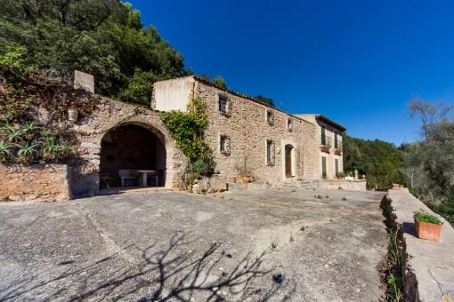 Traditionelle sanierungsbedürftige Finca mit großem Grundstück und viel Ausbaupotenzial