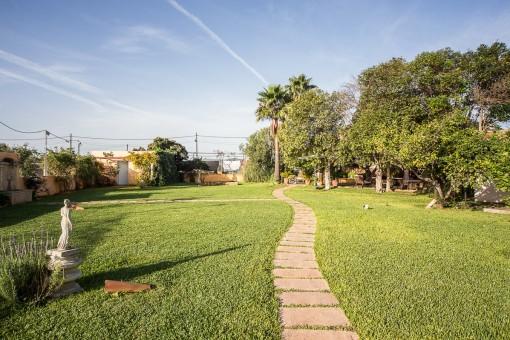 Ein kleiner Weg führt durch den Garten
