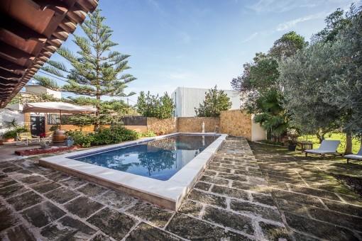 Eine Terrasse umgibt den Poolbereich