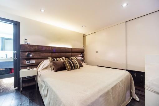 Freundliches Schlafzimmer mit Badezimmer en suite
