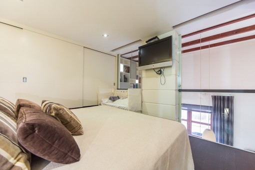 Gemütliches Schlafzimmer mit Einbauschrank und Gallerie