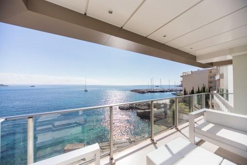 Sonniger Balkon mit Loungebereich