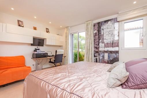 Schlafzimmer mit Panoramafenster
