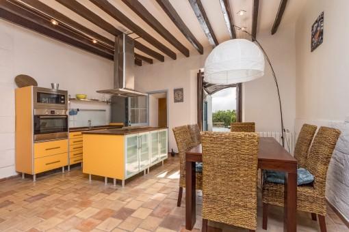 Moderne Küche und Esszimmer mit Zugang zum Patio