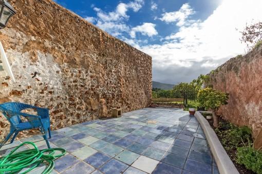 Einladende Terrasse mit Blick auf die Landschaft