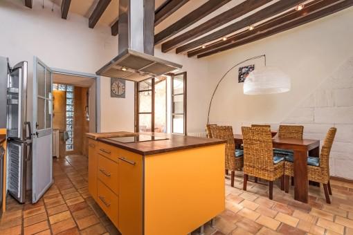 Alternative Ansicht der Küche und des Esszimmers