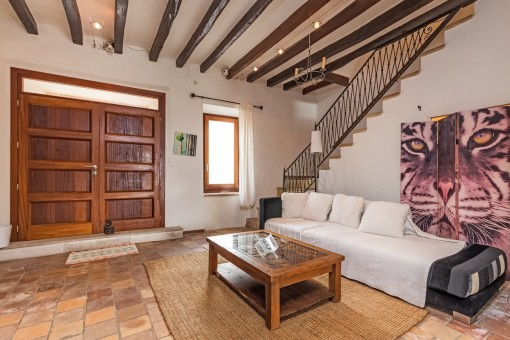 Großes Wohnzimmer mit Zugang zum oberen Stock