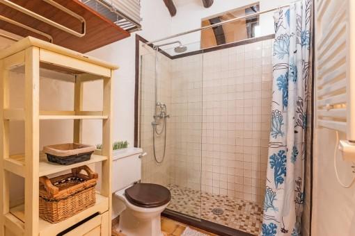 Hauptbadezimmer mit großer Dusche