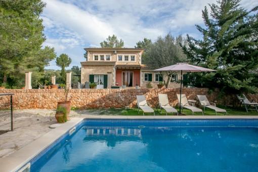 Exquisite Natursteinvilla auf eingewachsenem Grundstück mit Teich und Pool in Urbanisation Puntiró