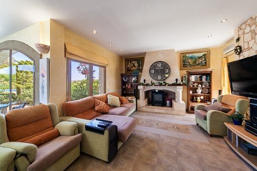 Gemütlicher Wohnbereich mit Kamin