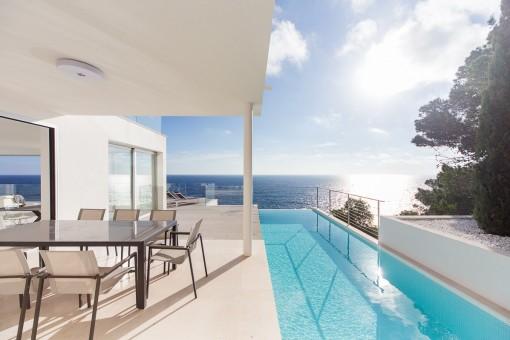 Überdachte Terrasse mit Poolbereich