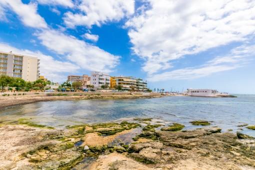 Blick von der Cala Estancia auf den Purobeach