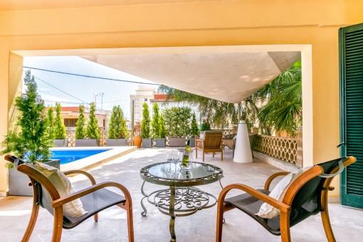Überdachte Terrasse mit Loungebereich