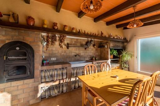 Mallorquinische Sommerküche mit Grill