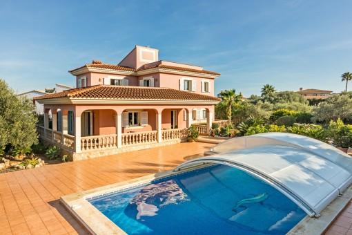Swimmingpool ist von einer Terrasse umgeben und überdacht