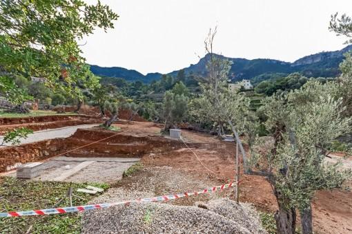 Finca wird von Terrassen und Poolbereich umgeben