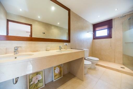 Großzügiges Badezimmer mit Dusche und Tageslicht