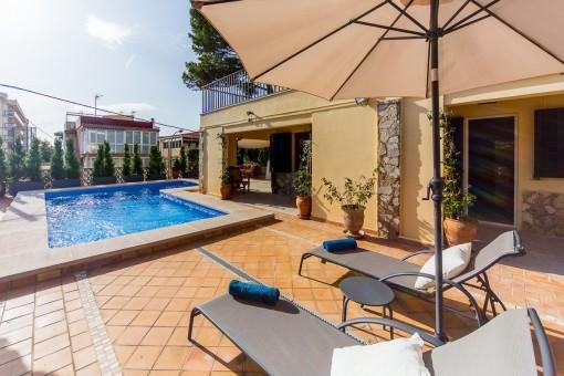 Swimmingpool und Entspannungsbereich