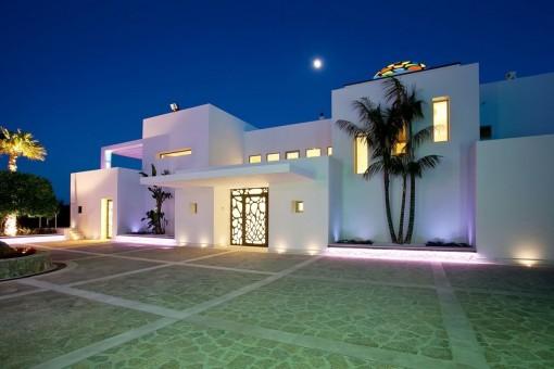 Blick auf die beeindruckende Villa bei Nacht