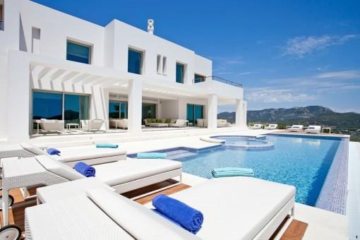 Swimmingpool mit Entspannungsbereich