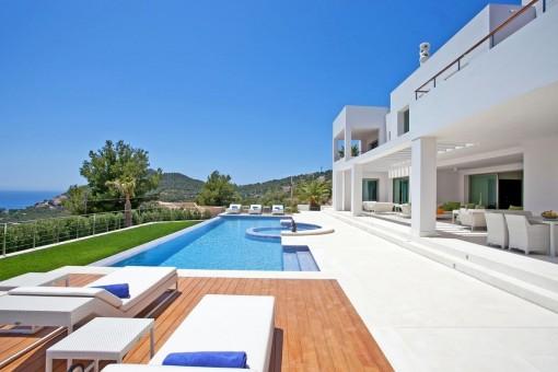 Luxuriöser Poolbereich