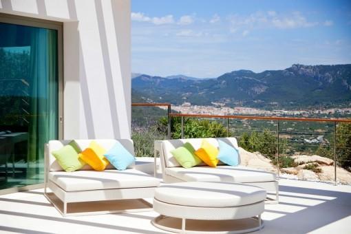 Loungebereich auf der Terrasse mit herrlichem Landschaftsblick