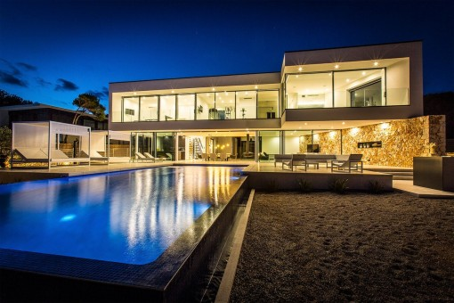 Moderne lichtdurchflutete Luxusvilla in erster Meereslinie in Vallgornera