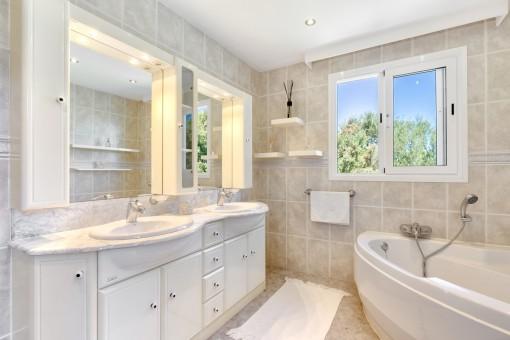 Wunderschönes Hauptbadezimmer mit Badewanne