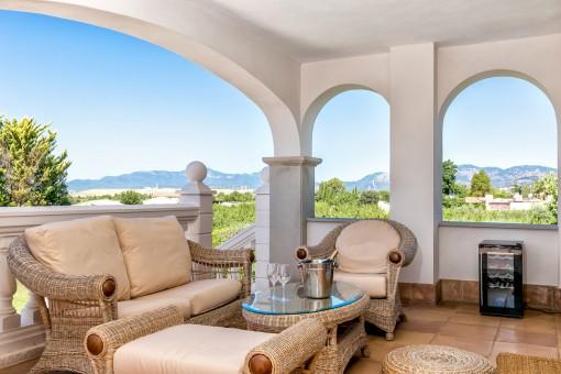 Idyllische Sitzecke auf der Terrasse mit fantastischem Blick