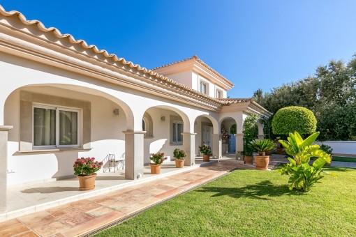 Eingangsbereich mit überdachter Terrasse und schönem Vorgarten