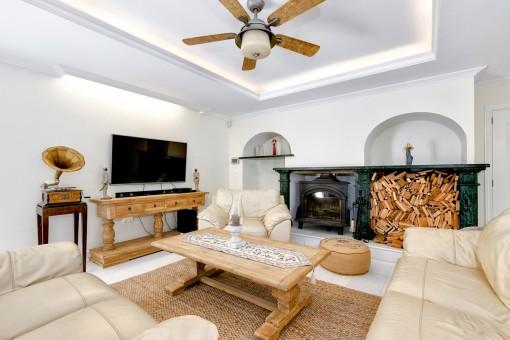 Gemütlicher Wohnbereich mit Kamin und Sofa