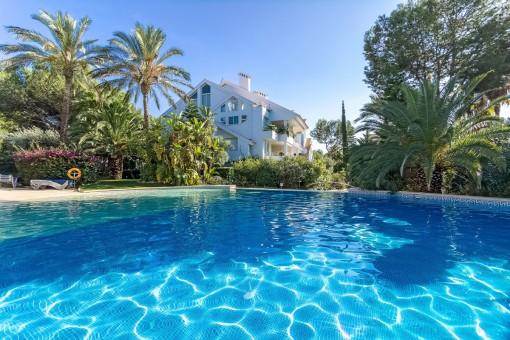 Helles elegantes Apartment mit direktem Zugang zur Garten- und Poollandschaft in luxuriöser Residenz