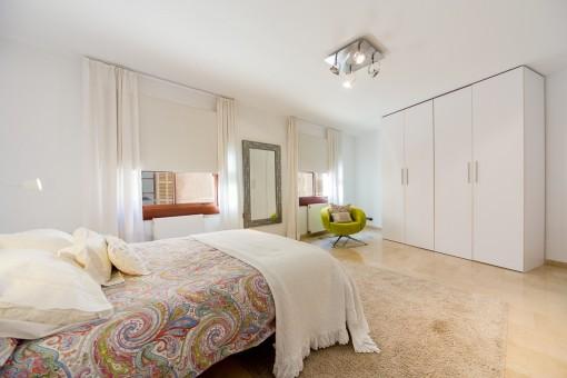 Sehr großzügiges und schönes Hauptschlafzimmer