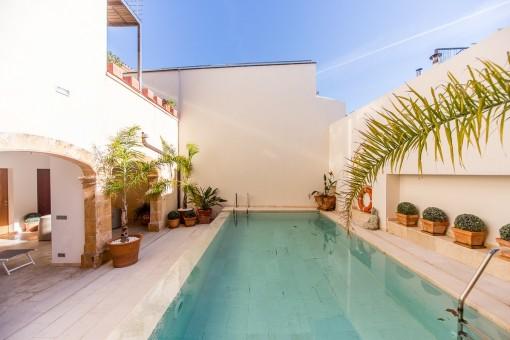 Einladender Poolbereich, umgeben von Terrassen
