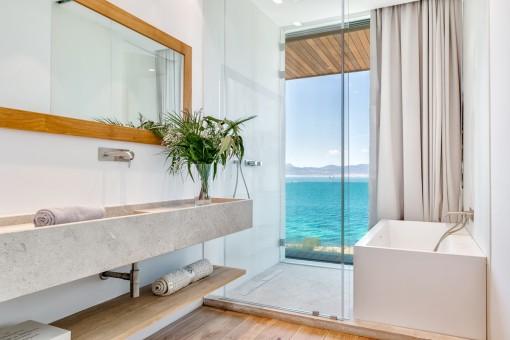 Luxuriöses Badezimmer mit Meerblick