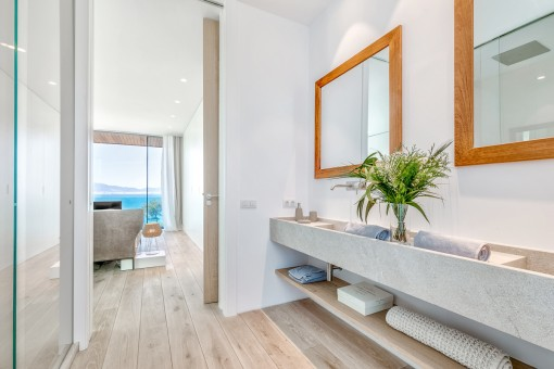 Elegantes Badezimmer in Naturfarben