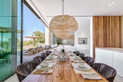 Blick vom offenen Wohnbereich zur Terrasse mit fantastischen Loungebereich