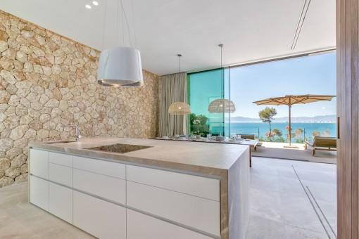 Hochwärtige Küche mit Kochinsel und Meerblick