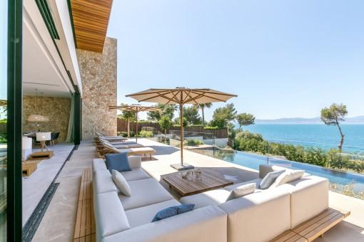 Nobler Chill-out-Bereich auf der Terrasse