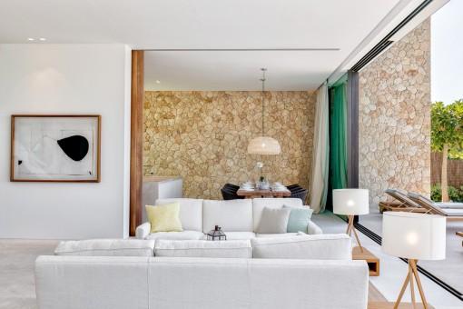 Schöner Wohn-und Essbereich mit Natursteinwand