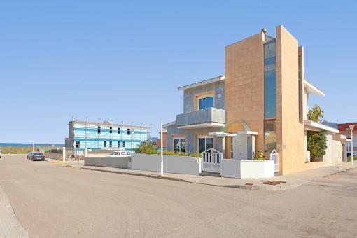 Zweigeschossige, moderne Villa nur 30 m entfernt vom Strand des Surferparadieses von Son Serra