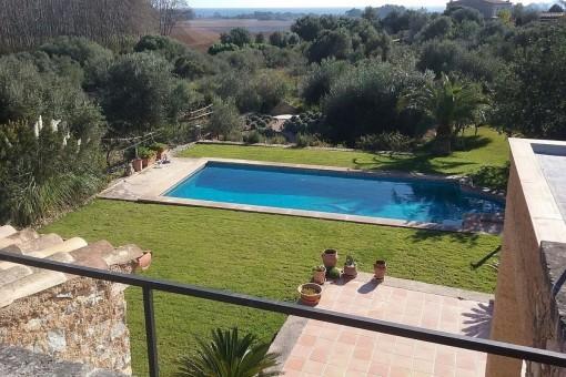 Blick auf den gepflegten Garten mit Poolbereich