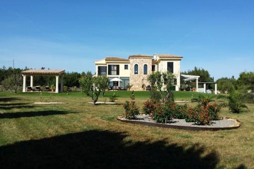 Großzügiger Gartenbereich der Finca