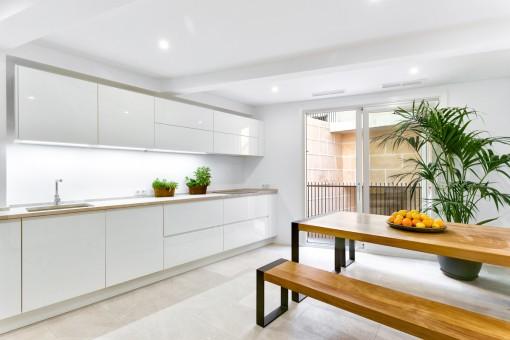 Großzügige Küche mit Balkon