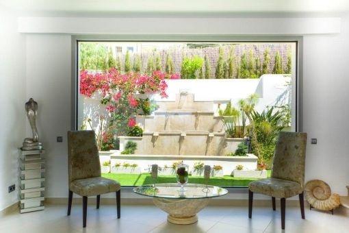 Blick in den idyllischen Garten vom Loungebereich aus