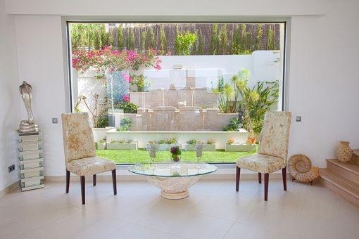 Loungebereich mit Panoramafenster